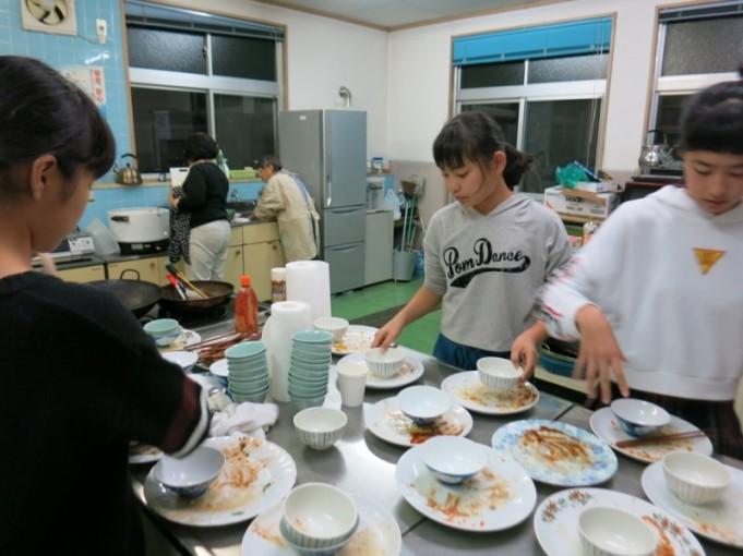 食べ終わった後は、みんなでお皿洗い