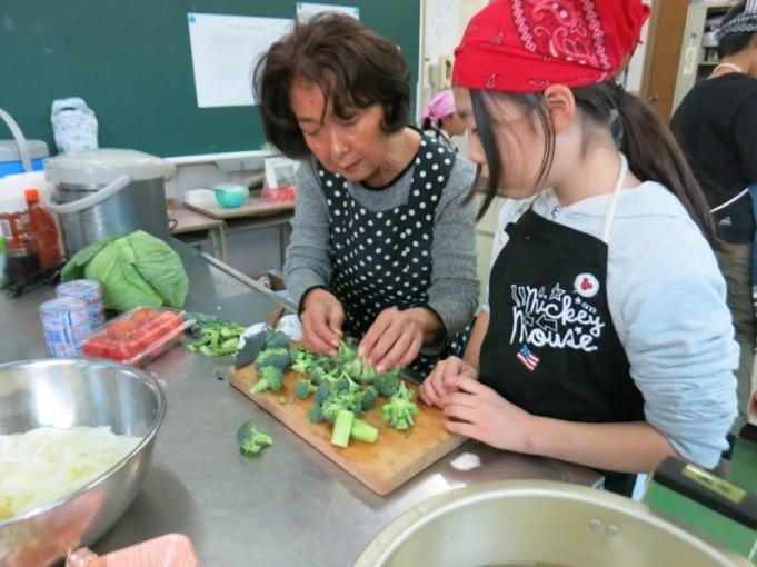 野菜サラダ用のブロッコリーの切り方を教わっています