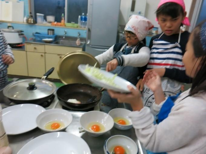 今朝のメニューは、ごはん・みそ汁・目玉焼き 丼に卵を割る係、焼く係とに分業しての作業です