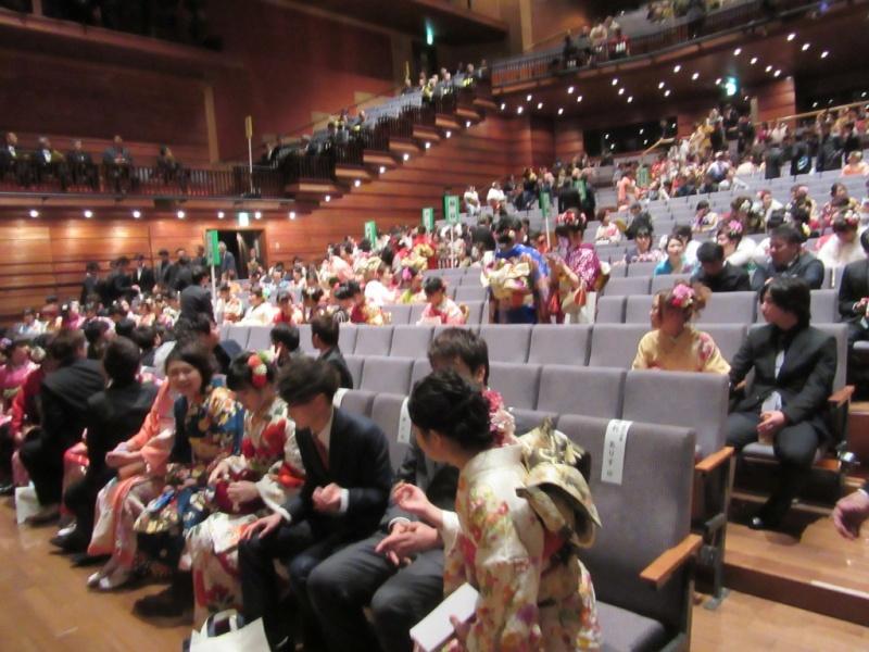 受付を終えた成人者が、少しづつ席に着き始めました。