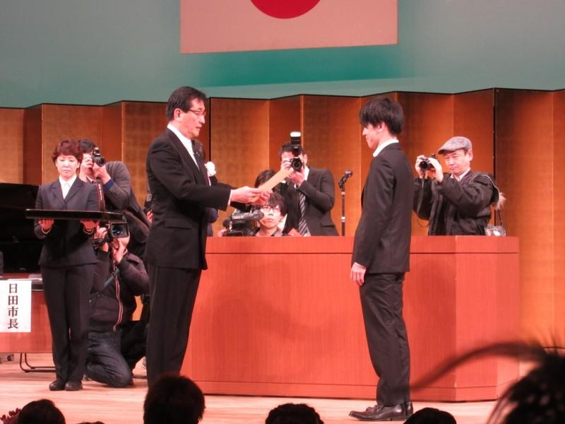 原田市長から、光岡地区代表者へ成人証が渡されたました